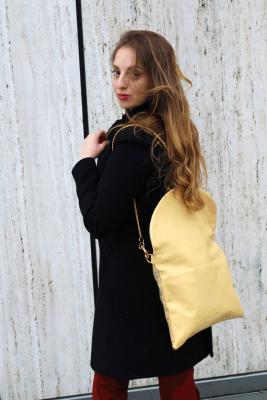 Mit Rucksack-Tasche am Kö-Bogen