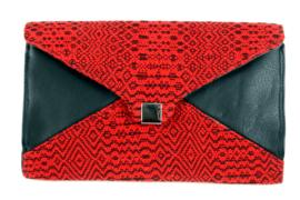 Clutch (Envelope) aus schwarzem Rindsleder und schwarz-rotem, handgewebtem Baumwollstoff - wn305