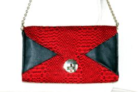 Clutch aus schwarzem Rindsleder und schwarz-rotem, handgewebtem Baumwollstoff - wn335