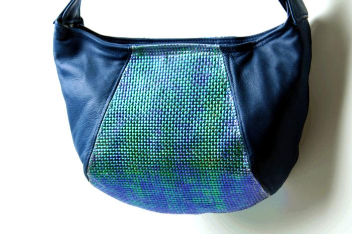 Handtasche aus blauem Kalbsleder, Mittelfelder geprägt und blau-grün changierend - wn395 (verkauft)