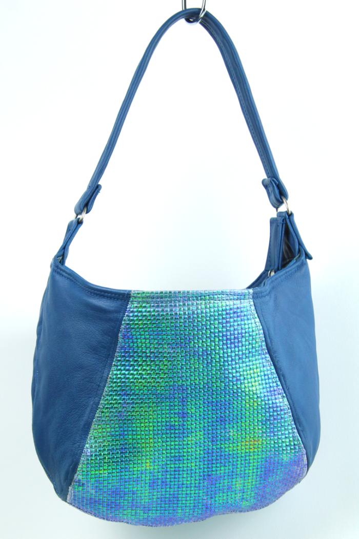 Handtasche aus blauem Kalbsleder, Mittelfelder geprägt und blau-grün changierend - wn395
