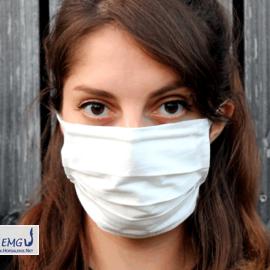 Behelfs-Mund-Nasen-Maske weiß, mit Bändern. Das obere Band ist waagerecht um den Kopf geführt.